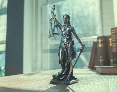 Statuetka zanjdująca się w Kancelarii Adwokackiej