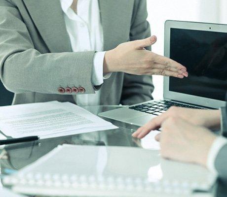 Adwokat znajdujący się przy komputerze w obecności klienta