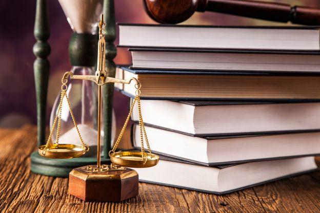 Waga szalkowa w obecności książek znajdujących się w gabinecie Adwokata