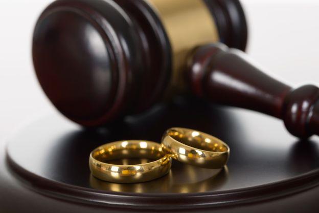 Obrączki w sądzie obrazujące sprawy rozwodowe