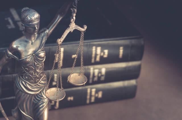 Figurka trzymająca w ręku wagę szalkową