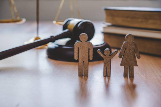 Figurki przedstawiające mężczyznę, dziecko oraz kobietę