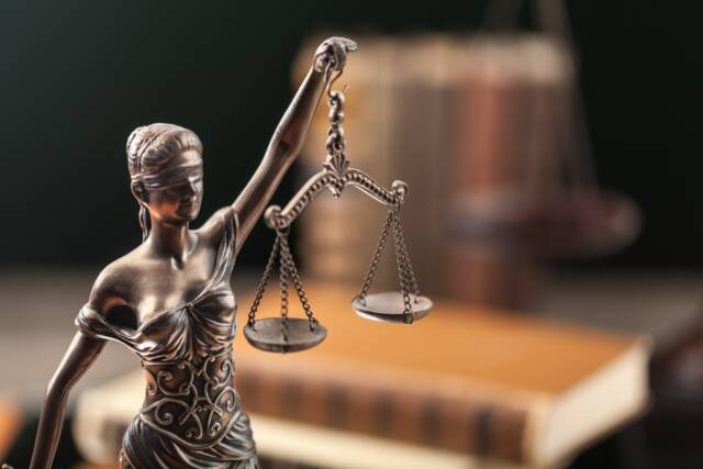 Figurka trzymająca wagę szalkową która jest symbolem adwokata